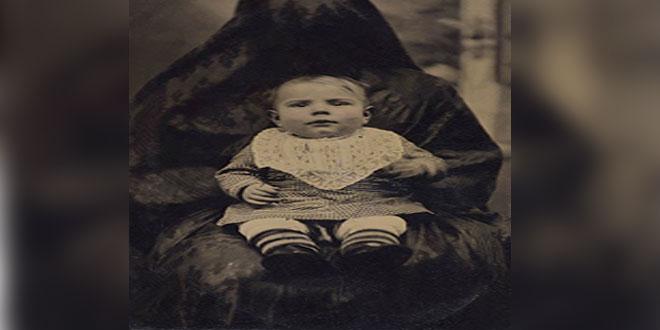 ¿Qué son esos perturbadores seres bajo mantas que sostienen a los niños victorianos?