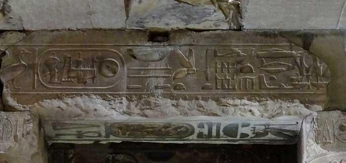 Un misterioso helicóptero en un jeroglífico egipcio