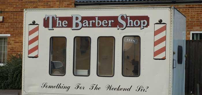 ¿Sabes por qué el poste de las barberías tiene rayas rojas y blancas?