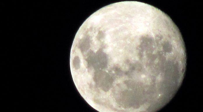 Cuál es la edad de la luna