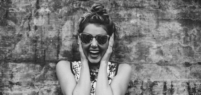 chica feliz gafas