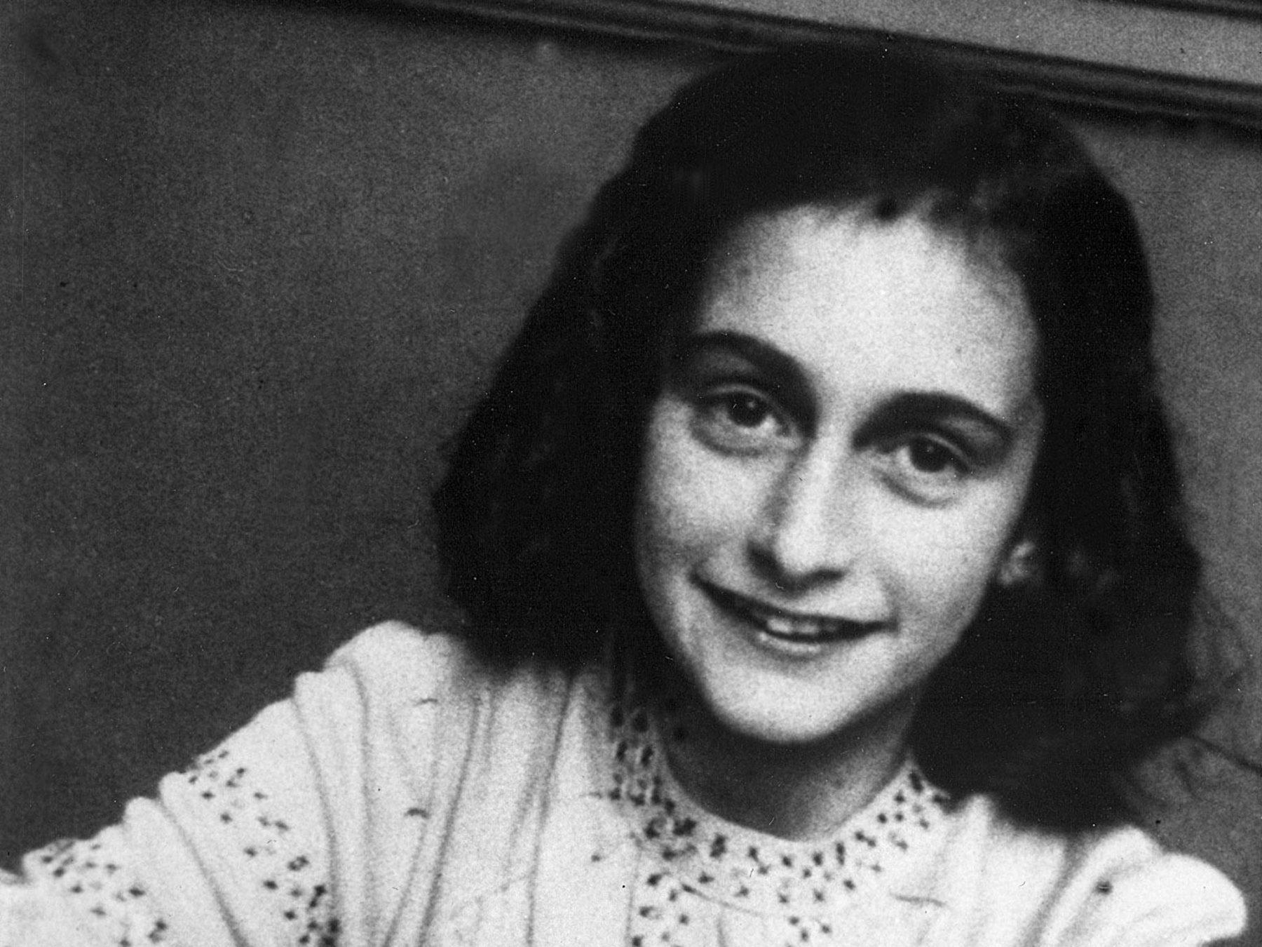 Hallan un colgante similar al de Ana Frank en campo de concentración Nazi