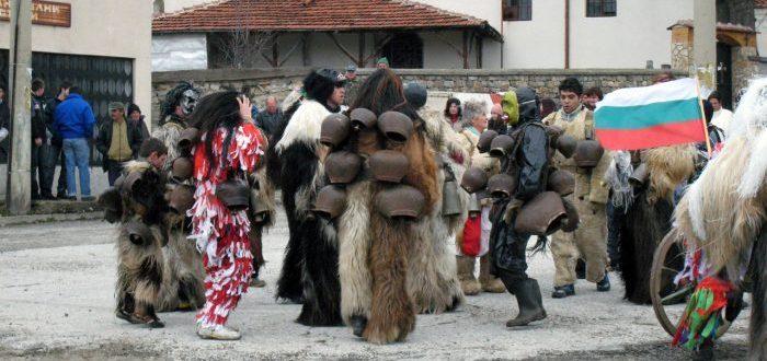 El peculiar desfile de monstruos búlgaro para ahuyentar al invierno