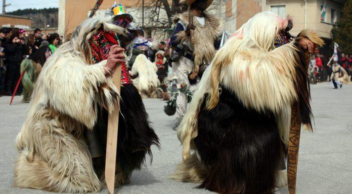 el peculiar desfile búlgaro de monstruos para ahuyentar el invierno