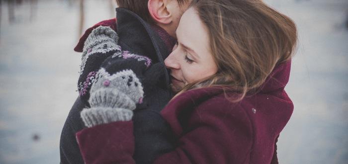 pareja hábito abrazarse