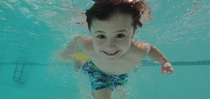 niño-piscina