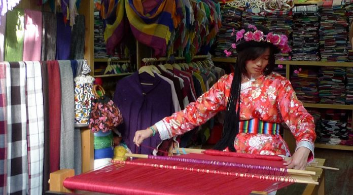 La tribu tibetana donde lideran las mujeres y el matrimonio no existe