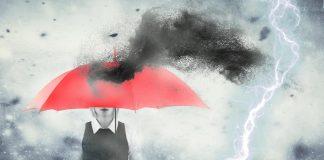 ¿De dónde viene la superstición sobre abrir paraguas bajo techo