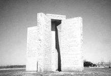 El misterioso monumento con inquietantes mensajes postapocalípticos