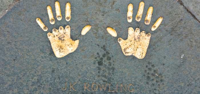 sobre J.K. Rowling, huellas, manos