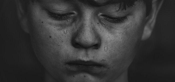 niño triste. llorando, castigos escolares