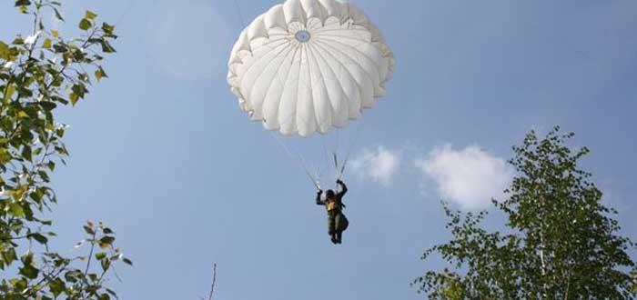 La emocionante historia del vestido de novia hecho con tela de paracaídas