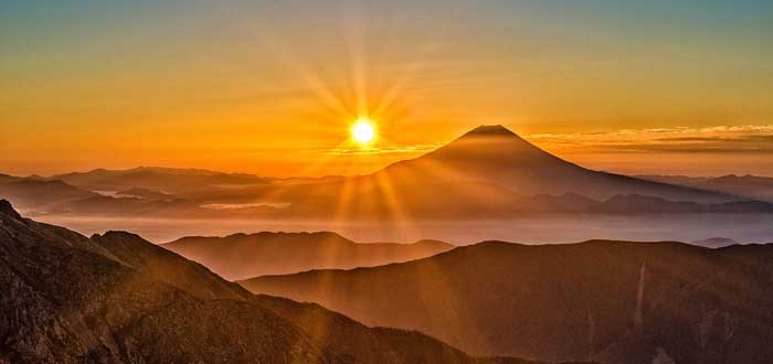 La leyenda japonesa del sol y la luna que explica por qué no se encuentran jamás