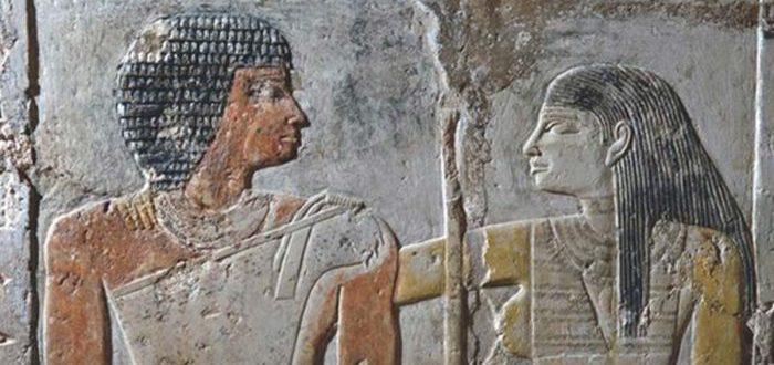 La historia de amor del antiguo Egipto de la sacerdotisa y el cantante