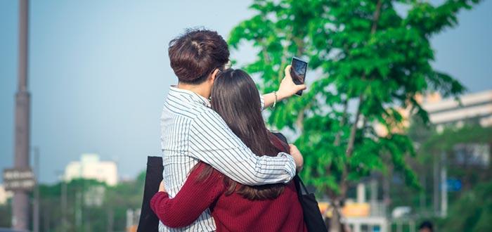 Curiosidades de Corea del Sur, pareja tomándose un selfie con el móvil