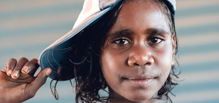 curiosidades de Oceanía, joven aborigen australiana