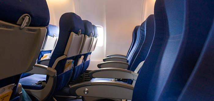 ¿Por qué los asientos de los aviones son azules? Esta y más respuestas sobre ellos