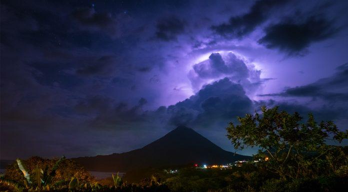relámpago volcánico