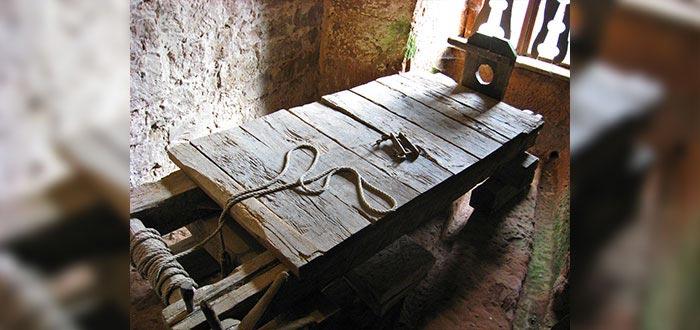 5 Pruebas terribles que hacían en los Juicios a brujas en Europa, El Estante