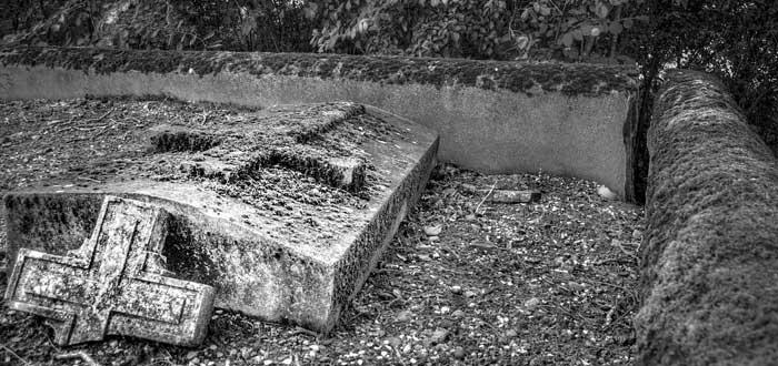 Enterrar fotos en el cementerio | ¿Qué significa? Brujería