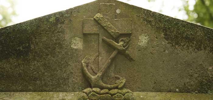 El ancla - El ancla fue en principio un símbolo en las tumbas cristianas que intentaba camuflar una cruz. En la actualidad significa la esperanza y la firmeza en el anclaje de Cristo y también simplemente que allí reposa un marinero o un amante del mar.