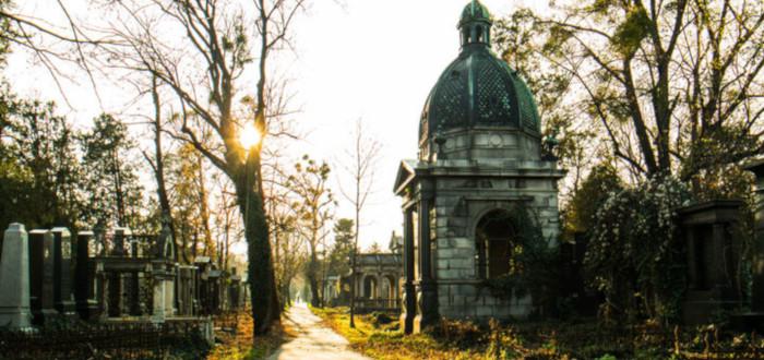 Fantasmas en el cementerio camino