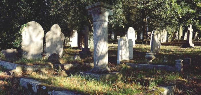 Fantasmas en el cementerio tumbas