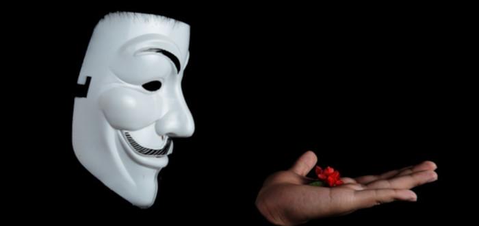 Máscara Anonymous mano