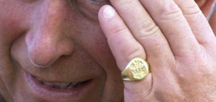 El Principe Carlos lleva un anillo en su meñique izquierdo | ¿Por qué?