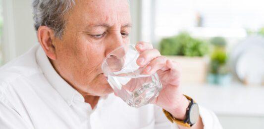 ¿Qué pasa si bebes mucha agua? | ¡Podrías enfermarte!